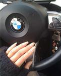 开宝马Z4的女司机给自己的爱车打蜡啦!